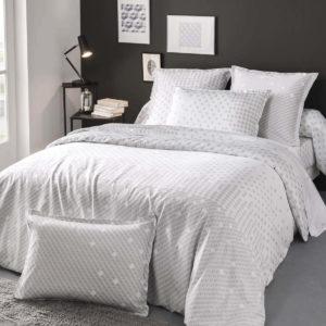 Une housse de couette en satin de coton, imprimée de petits motifs géométriques gris sur fond blanc