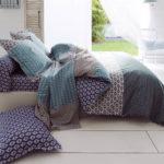 Housse de couette RIO JADE 100% coton 57 fils/cm² de Tradilinge. Une parure de lit imprimée de motifs géométriques dans un camaïeu de bleu